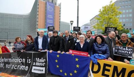 Puigdemont i Torra encapçalen la concentració de protesta pel veto de la JEC a la seua candidatura.