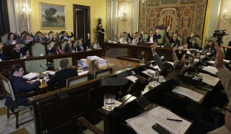 El moment d'una de les votacions de l'últim ple municipal del mandat abans de les eleccions del pròxim 26 de maig.