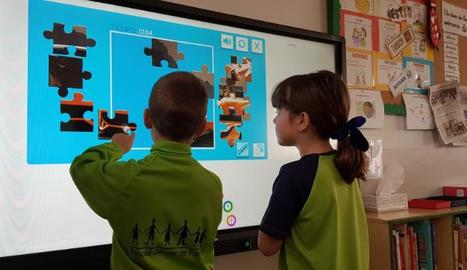 Dos alumnes del centre de Balaguer amb una nova pantalla.