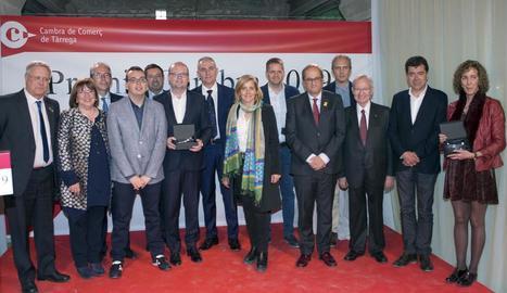 Imatge del president Torra amb els premiats a la novena edició dels Premis Cambra.