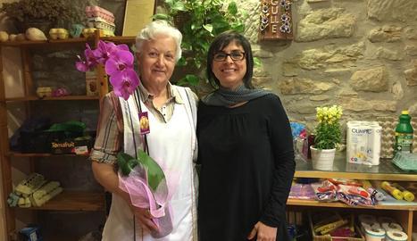 Montserrat Alavedra i Núria Magrans, a la botiga que ha tancat a Torrefeta.