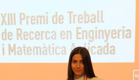 Ester Gil, amb el diploma atorgat per la Pompeu Fabra.
