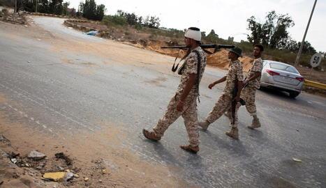 Forces líbies patrullen des d'un post al sud de Trípoli.