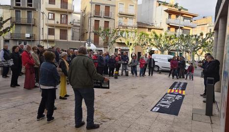 Lleida - Centenars de persones a la plaça Ricard Viñes de la capital van protestar contra la resolució de la Junta Electoral i van advocar per defensar el dret de Puigdemont, Comín i Ponsatí de presentar-se a les eleccions europees del 26-M.