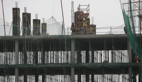 Treballs de construcció d'un edifici a Lleida.