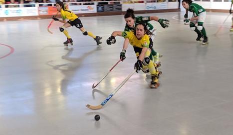Una jugadora del Vila-sana avança perseguida per una rival.