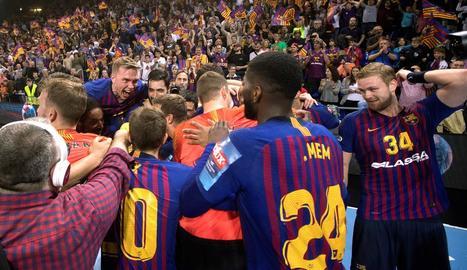 Els jugadors del Barça celebren la victòria contra el Nantes.