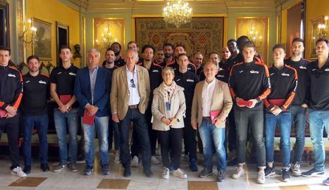 Jugadors, tècnics i directius de l'ICG Força Lleida, ahir amb Montse Parra a la Paeria.
