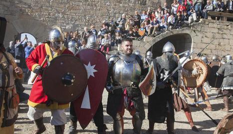 Guerrers equipats en el setge al castell, que va tenir lloc ahir a la tarda.