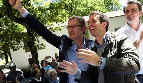Feijóo i Casado, ahir, en una romeria celebrada a la localitat corunyesa d'O Polo.