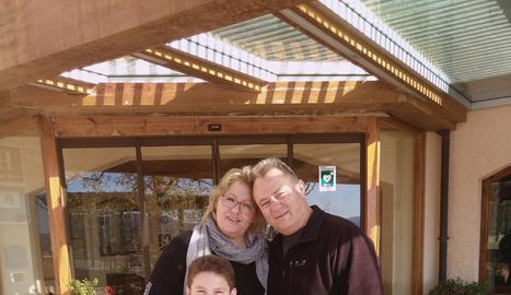El Joan Escañes, amb la seua dona, la Pilar, i el seu fill Pol a Can Boix.