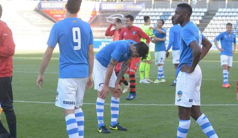 Els jugadors del Lleida mostren la seua decepció a la conclusió del partit, ja que la derrota davant del Barcelona B els deixa amb molt poques probabilitats de jugar el 'play-off'.