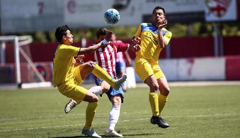 Dos jugadors del Tàrrega intenten prendre la pilota ahir a un rival.