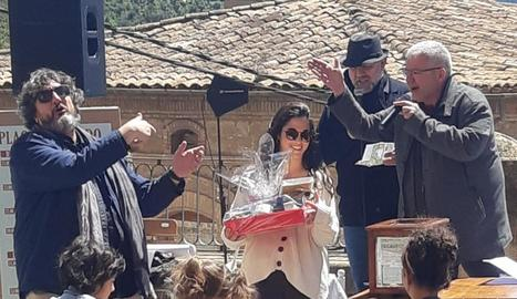 Una de les guanyadores dels enigmes plantejats per l'escriptor Màrius Serra, ahir a la Pobla de Segur.