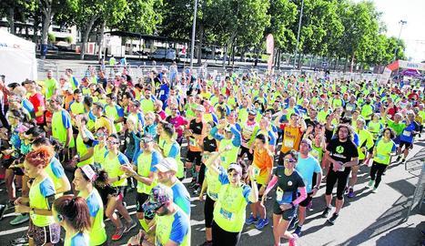 Un grup de participants en els primers compassos de la novena Cursa Bombers de Lleida.