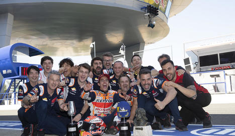 Marc Màrquez celebra la seua victòria a Jerez de la Frontera al costat dels membres del seu equip de Repsol Honda.