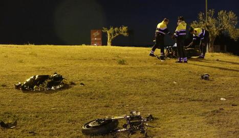 Mossos al costat de les restes de la moto, que va quedar partida en dos.