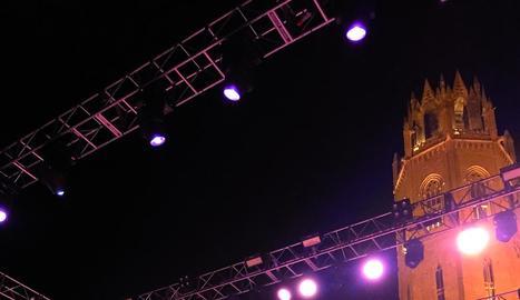 Tequila, amb Alejo Stivel i Ariel Rot al capdavant, va actuar dissabte als peus de la torre de la Seu Vella.
