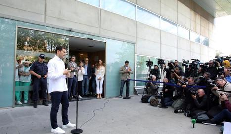 Iker Casillas va atendre els mitjans de comunicació després d'abandonar l'hospital portuguès.