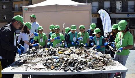 La classificació de residus recollits al curs del riu Segre es va dur a terme ahir al matí.