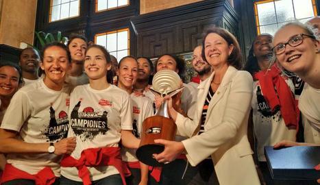 La plantilla del Girona amb l'alcaldessa Marta Madrenas.