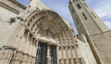 La Porta dels Apòstols, al costat del campanar, dos dels espais de la Seu Vella que es restauraran.