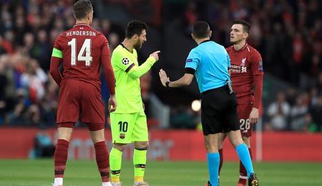 Leo Messi discuteix amb l'àrbitre durant el partit disputat a Anfield.