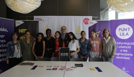 Els participants en el videoclip durant la presentació, ahir al Centre de Recursos Juvenils de la Palma.