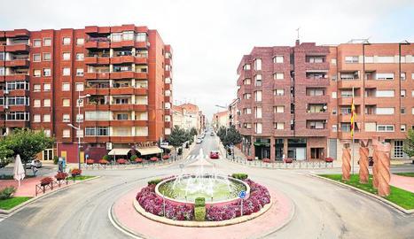 El carrer que dóna accés al centre històric d'Almacelles.