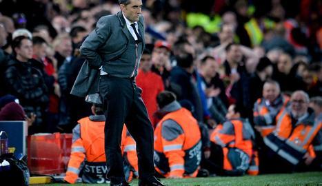 Ernesto Valverde, amb gest de preocupació, durant el partit a Liverpool.