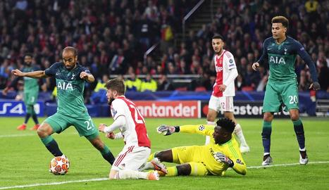 Lucas Moura, autor dels tres gols del Tottenham, en una de les accions ofensives.