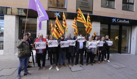 Concentració contra l'ERO de CaixaBank a Lleida, a l'abril.