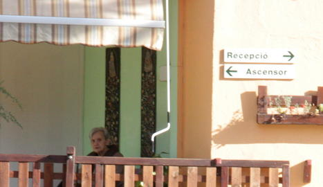 Una interna entra a la residència d'Arenys de Mar.