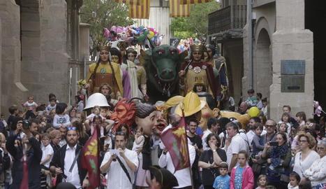 Els bastoners, els gegants, capgrossos, el ball de cavallets i Lo Marraco van fer les delícies de grans i petits ahir a la plaça Paeria durant el pregó popular.