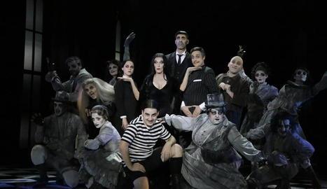 Una de les escenes de 'La familia Addams' que es van viure ahir a la nit al Teatre de la Llotja de Lleida.