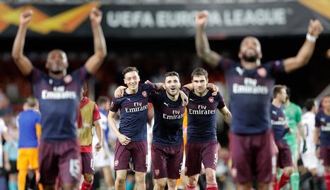 Els jugadors de l'Arsenal celebren la classificació per a la final.
