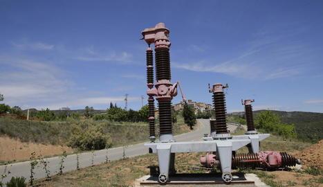 Els disjuntors procedents d'una central hidroelèctrica, amb la presa de Sant Antoni de fons.