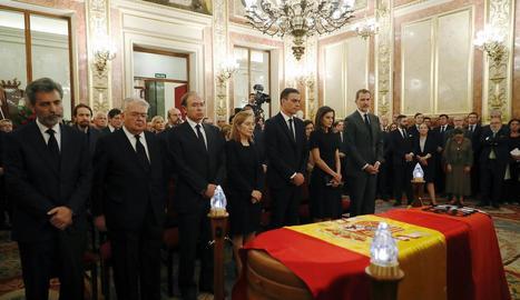 Els reis i el president del Govern en funcions, Pedro Sánchez, a la capella ardent.