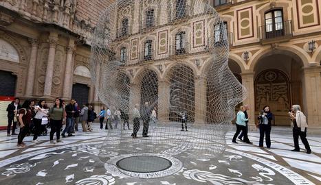 Escultura de Jaume Plensa a l'atri de la basílica de Montserrat.
