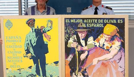 Els dos cartells recuperats pels Mossos d'Esquadra.
