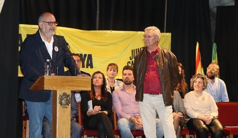 Eduard Pujol i Salvador Bonjoch durant la presentació de la candidatura de JxBellpuig.
