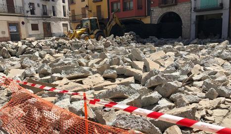 El paviment actualment aixecat de la plaça Mercadal al centre històric del Pont.