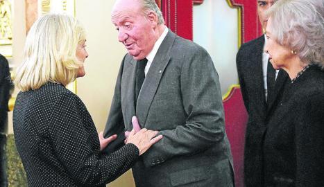 Els reis emèrits saluden la viuda de Rubalcaba en presència del president del Govern.