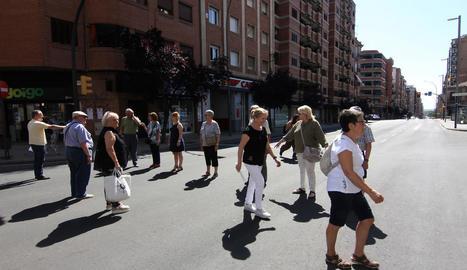 Punt de Príncep de Viana, amb Corts Catalanes, on l'associació veïnal demana un pas zebra.