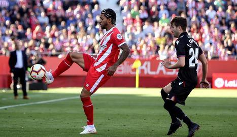 Douglas Luiz controla la pilota davant de Campaña, ahir durant el partit a Montilivi.