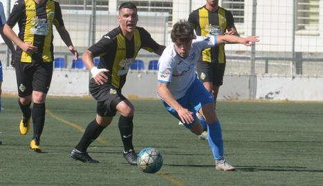 Un jugador local s'escapa dels seus perseguidors en una de les jugades que van tenir lloc ahir al partit entre Mollerussa i Muntanyesa.