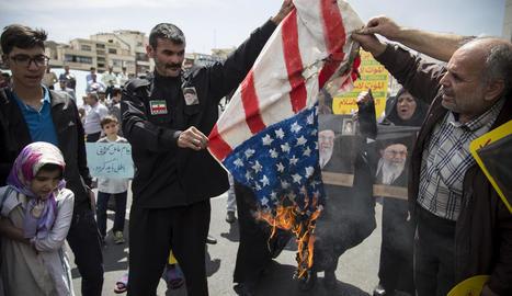 Manifestants cremen una bandera nord-americana a Teheran, divendres passat.
