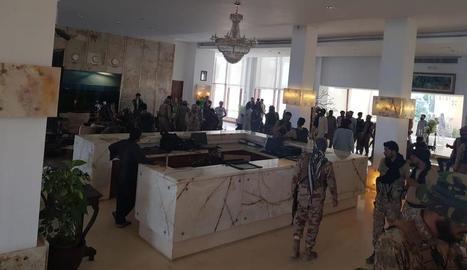 Militars a l'interior de l'hotel assaltat, ahir.