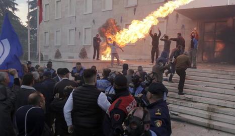 Disturbis davant de l'oficina del primer ministre albanès, dissabte.