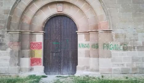 Una de les pintades a la façana del monestir de les Franqueses declarat monument nacional.